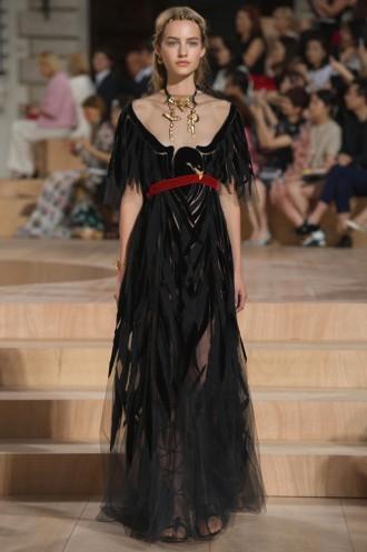 3a01dde35 A marca Valentino está tão ligada ao trabalho de ateliê à couture  parisiense que a gente se esquece a origem italiana  ela foi fundada em  Roma por Valentino ...