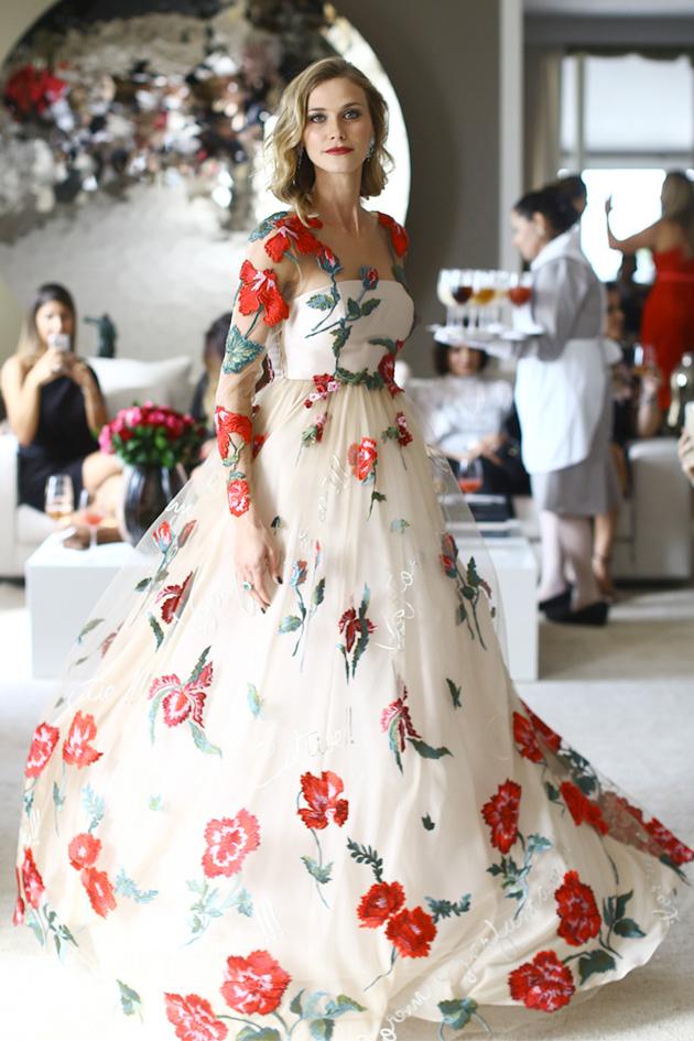 """Um dos looks mais explorados nos desfiles vem sendo os vestidos românticos, volumosos e, ao mesmo tempo, superleve. O tule é protagonista nessa trend já que consegue trazer (sem pesar) esse visual """"bolo de noiva"""" almejado pelas fashionistas atualmente."""