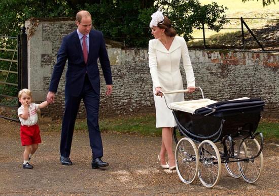 Família: George, William e Kate, com Charlotte no carrinho