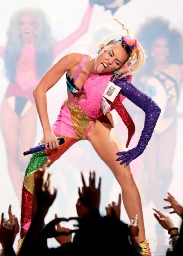 All that glitters: o visual pra apresentação, no fim do VMA. A marca é BCALLA