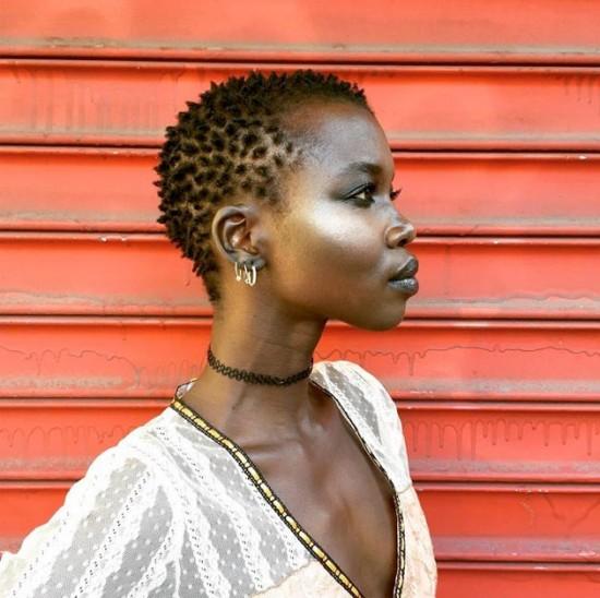 Nikhor Paul, a sudanesa que trouxe a questão do racismo na moda novamente à tona