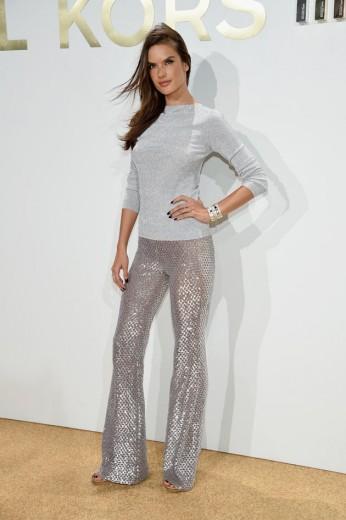 f0589e747acfc Alessandra Ambrósio arrasa de calça metalizada no evento de Michael Kors,  um look bem anos
