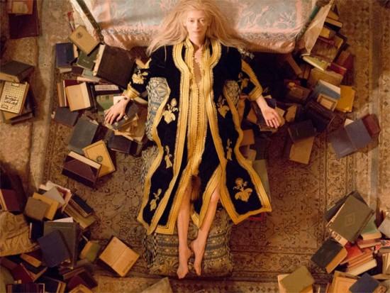 """""""Amantes Eternos"""" (2013): Tilda Swinton é Eve, a amante do músico Adam. Olha o look! O figurino é de Bina Daigeler, que já trabalhou com Pedro Almodóvar em """"Volver"""" e """"Tudo Sobre Minha Mãe"""""""
