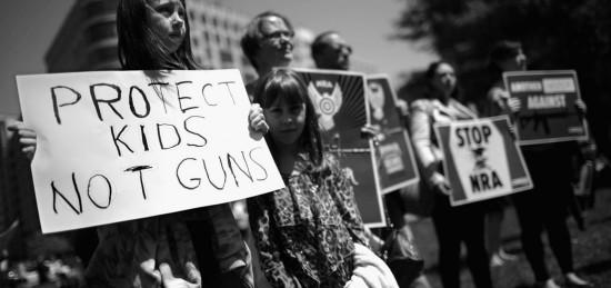 """""""Protect kids, not guns"""" (Protejam as crianças e não as armas)! - foto de uma das manifestações nos EUA contra a violência armada nas escolas"""