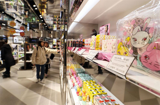 Prateleiras com produtos de apelo infantil em loja de cosméticos na Coréia do Sul