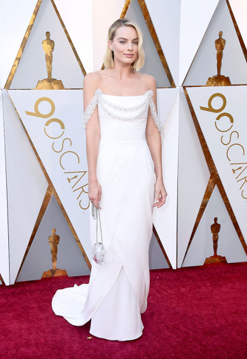 Margot Robbie de Chanel branco. A última vez que uma atriz ganhou um Oscar usando um look todo branco foi em... 1949 (era Jane Wyman)! Jennifer Lawrence ganhou em 2013 de off-white Dior. De Chanel, a última a ganhar foi Julianne Moore em 2015