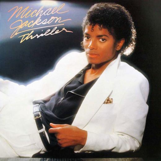 """Essa é a capa do álbum """"Thriller"""" - o sexto da carreira do cantor. E o terno é de qual marca? Hugo Boss! Vem ver mais!"""