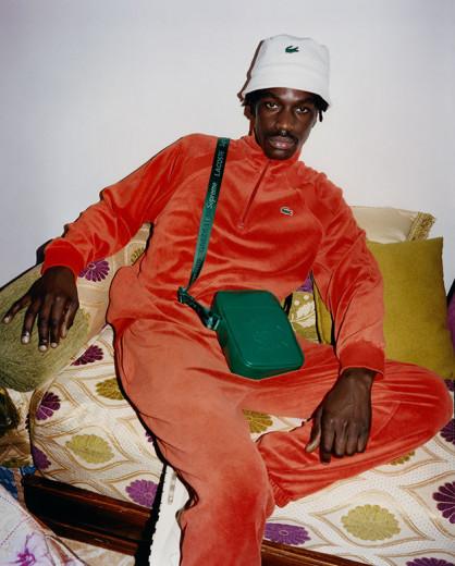 39f0227238b86 Que tal esse conjuntinho laranja com bucket hat branco e bolsa a tiracolo   Vem ver