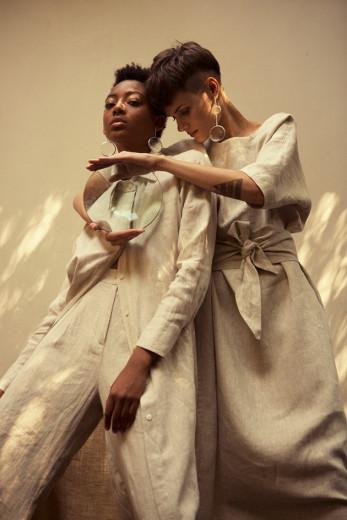 Lupas e tecido com látex impermeável na nova coleção da Flavia Aranha - clica pra ver mais!