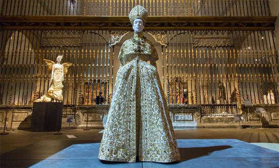 Tem look da exposição do Met que ganhou versões no tapete vermelho! Esse, de Galliano pra Dior outono-inverno 2000/01, por exemplo...