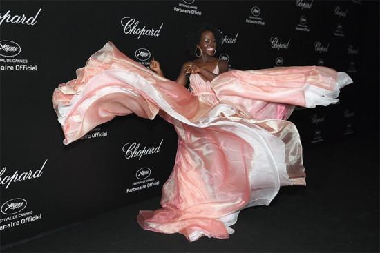 Lupita Nyong'o esvoaçante e maravilhosa de Prada - clica pra ver mais!