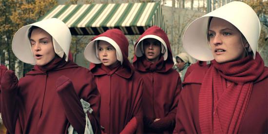 """Quem é fã de """"The Handmaid's Tale""""? Tá rolando uma expô com os figurinos da série!"""