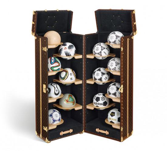 O baú com as bolas oficiais das Copas - item de colecionador! Vem ver mais
