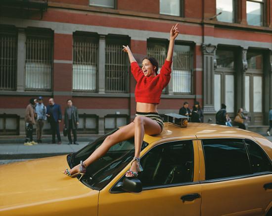 Adriana Lima em cima de um taxi em NY - clica pra ver mais!
