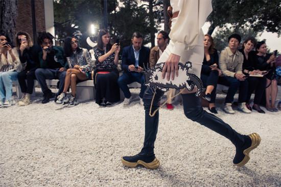 O daddy sneaker virou bota cuissarde no desfile da pré primavera-verão 2019 da Louis Vuitton - clica pra ver mais!