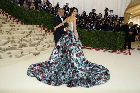 Amal Clooney com o marido George - ela é uma das anfitriãs do ano no baile!