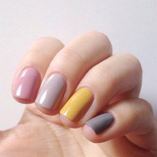 Pintar uma unha de cada cor é a tendência da vez! Clica pra ver mais!