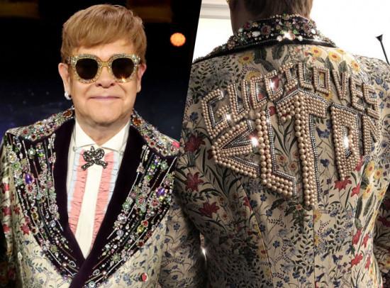 """Olha esse paletó, que babado: bordado com pérolas e escrito """"a Gucci ama o Elton""""! Ele vai fazer parte do figurino da turnê. Vem ver mais!"""