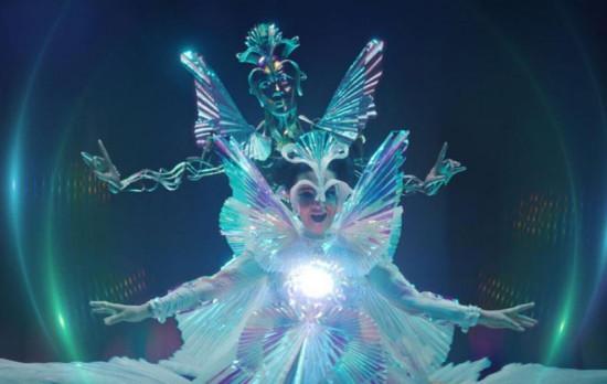 """Encontro de ícones: Bjork e Alessandro Michele! O diretor criativo da Gucci criou o figurino da cantora islandesa pro clipe """"The Gate"""" e as peças estão em expô no Gucci Garden! Vem saber mais!"""