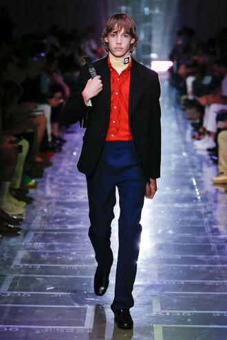 """A nova proposta de Miuccia Prada apresentada nessa Semana de Moda Masculina  de Milão é pro homem cansado do streetwear oversize  """"Juntei muitas peças  ... ea3e8f5288"""