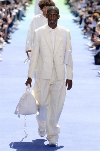 A Gucci estava toda cheia de si, com Balenciaga logo atrás e crescendo  pencas, mandando no bonde da moda. Ambas são do grupo Kering, e o  concorrente LVMH ... 3ecc439ae2