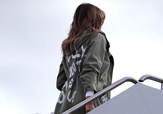 Melania Trump embarcando pro Texas - e a tal da jaqueta