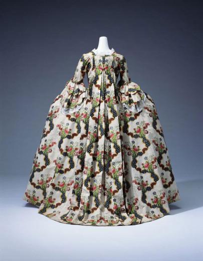 Curtiu o vestido? A criação barroca é do século 17! Além de looks de época, a expô no MET traz acessórios, peças de decoração e muito mais! Vem ver!