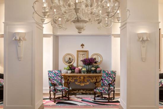 A decoração interna do Hotel Savoy tem cadeiras e tapetes estampados, coloridos e fashionistas! Vem saber mais!