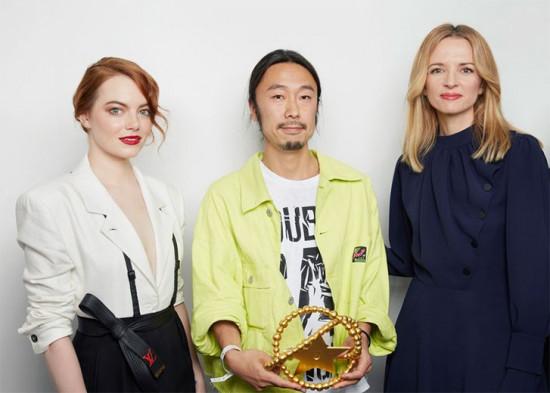Masayuki Ino, da Doublet, entre a atriz Emma Stone e Delphine Arnault, vice-presidente da Louis Vuitton e fundadora do prêmio. Vem ver mais da Doublet!