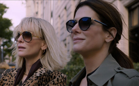 """Debbie Ocean (Sandra Bullock) e Lou (Cate Blanchett) de olho sabe onde? No Met! Vem saber mais sobre """"Oito Mulheres e um Segredo""""!"""